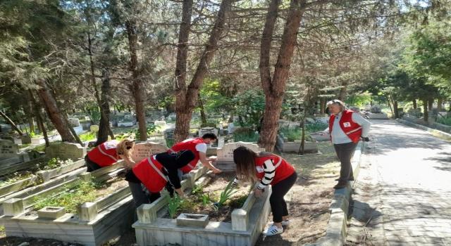 Tekirdağ'da Genç Kızılay ekipleri kabir ziyareti yapamayanlar için mezarlıkları temizleyerek dua etti