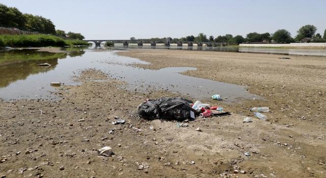 Debisi düşünce Meriç Nehri'ne atılan çöpler ortaya çıktı