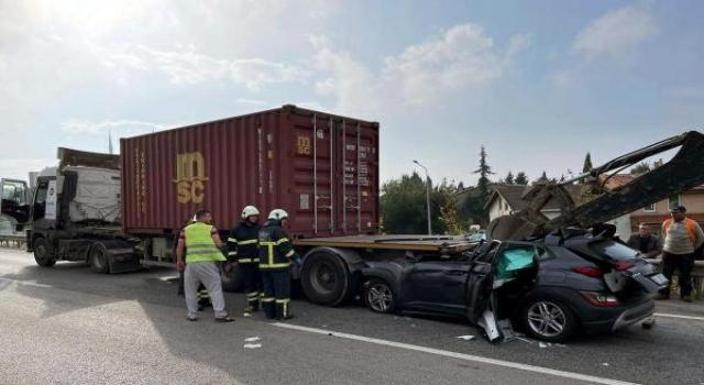 Tekirdağ'da otomobil, TIR'ın altına girdi; sürücü ağır yaralı