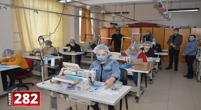 Tekirdağ'da lise öğrencileri sağlıkçılar için maske üretiyor