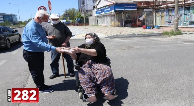 Başkan Yüksel 65 Yaş Üstü Vatandaşlara Parklarda Maske Dağıttı