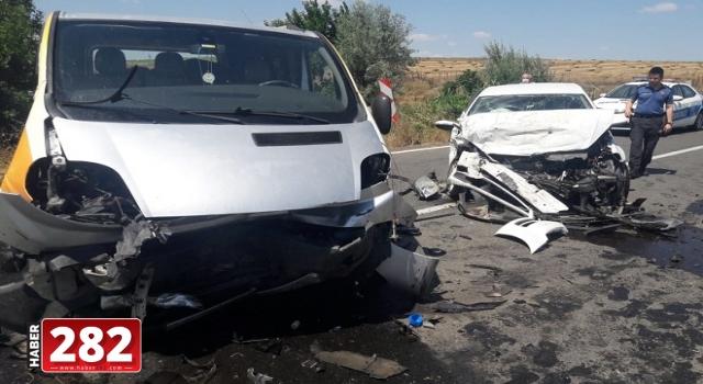 Tekirdağ'da panelvan ile otomobilin çarpışması sonucu 4 kişi yaralandı