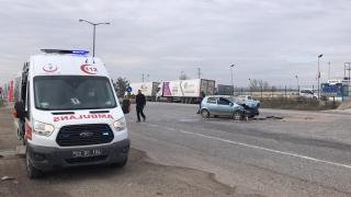 Edirne'de tıra çarpan otomobil sürücüsü yaralandı