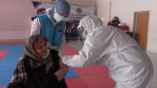 Tekirdağ'da 85 yaş üzeri vatandaşların aşıları yapılıyor