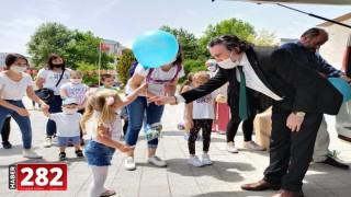 Çocuklara özgürlük saatlerinde rüzgârgülü ve balon sürprizi